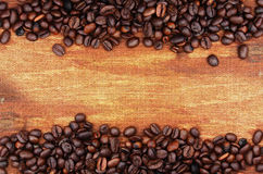 Kaffeebohnen und Sackhintergrund Stockfotos
