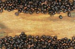 Kaffeebohnen und Sackhintergrund Stockbild