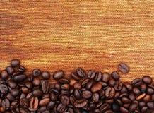 Kaffeebohnen und Sackhintergrund Stockfoto
