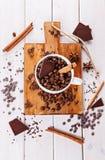 Kaffeebohnen und Schokolade über hölzernem Hintergrund Stockbilder