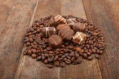 Kaffeebohnen und Schokolade Stockfoto