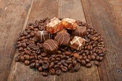 Kaffeebohnen und Schokolade Stockfotografie