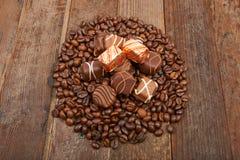 Kaffeebohnen und Schokolade Stockfotos