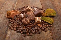 Kaffeebohnen und Schokolade lizenzfreie stockfotos