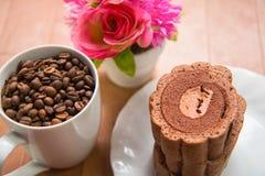 Kaffeebohnen und Schokoladenrollenkuchen Lizenzfreies Stockbild