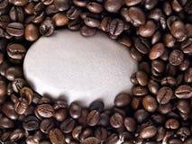 Kaffeebohnen und Stein Stockbild