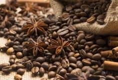 Kaffeebohnen und Sternanis mit Zimt Stockfotografie