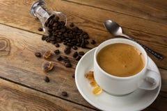 Kaffeebohnen und Tasse Kaffee Stockfotos