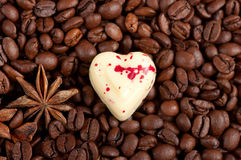 Kaffeebohnen und weiße Schokoladeninnersüßigkeit Stockbild