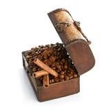 Kaffeebohnen und Zimtstangen innerhalb eines Kastens Stockfotografie