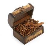 Kaffeebohnen und Zimtsteuerknüppel innerhalb eines Kastens Stockbild