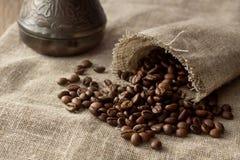 Kaffeebohnen verbreitet von der Leinentasche Stockbild
