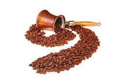 Kaffeebohnen verlassen den kupfernen Kaffepotentiometer und liegen in Form Stockfoto