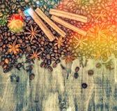 Kaffeebohnen würzt hölzerne Hintergrundlichter Zimt Weinlese Lizenzfreies Stockbild