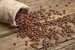 Kaffeebohnen wachten von der Tasche auf Stockfoto