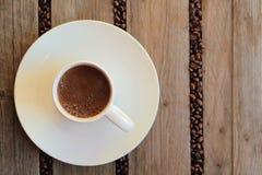 Kaffeebohnen zerstreut zwischen die Latten Stockfoto