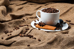 Kaffeebohnen, Zimt und Anissamen in der Kaffeetasse Stockbild