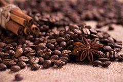 Kaffeebohnen, Zimtstangen, Sternanis Stockfotos