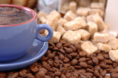 Kaffeebohnen, Zucker und Cup stockbilder