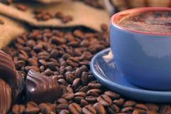 Kaffeebohnen, Zucker und Cup lizenzfreies stockbild