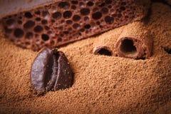 Kaffeebohnenahaufnahme im gemahlenen Kaffee. Makrobeschaffenheit Stockbild