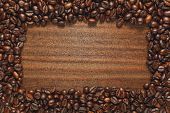 Kaffeebohnerahmen auf Holztisch Stockfoto