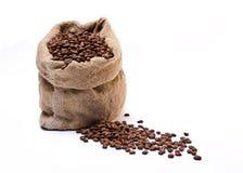 Kaffeebohnesack mit zerstreuten Bohnen Stockfoto