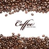Kaffeebohnestreifen getrennt auf weißem Hintergrund Stockfotos