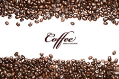 Kaffeebohnestreifen getrennt im weißen Hintergrund, Lizenzfreies Stockfoto