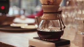 Kaffeebrauenprozeß, Fluss des starken, heißen Kaffees durch den Filter in den reizend Topf Keine Leute herum inside stock video