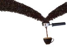 Kaffeebrauenprozeß, von den Kaffeebohnen zu einem Tasse Kaffee auf einem weißen Hintergrund stockfotos