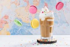 Kaffeecocktail und -makronen Lizenzfreies Stockfoto
