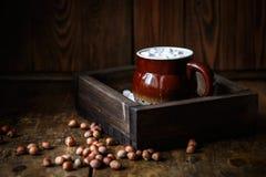 Kaffeeeibisch und -nüsse auf einem hölzernen braunen Hintergrund, geschmackvoll und gemütlich stockbilder