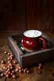 Kaffeeeibisch und -nüsse auf einem hölzernen braunen Hintergrund, geschmackvoll und gemütlich stockfotos