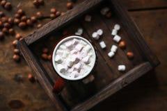 Kaffeeeibisch und -nüsse auf einem hölzernen braunen Hintergrund, geschmackvoll und gemütlich stockfoto