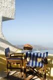 Kaffeeeinstellung Santorini Griechenland Ansicht der vulkanischen Insel Stockfoto