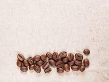 Kaffeeerntebohnen auf Gewebegewebe Stockfotos