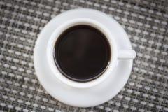 Kaffeeespresso in der Tasse und Untertasse von oben Lizenzfreies Stockbild