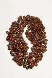 Kaffeeespresso mit den Bohnen lokalisiert auf Weiß Lizenzfreie Stockfotografie