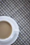 Kaffeeespresso mit Milch in der Tasse und Untertasse von oben Lizenzfreie Stockfotos