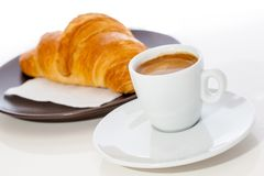 Kaffeeespresso und -hörnchen auf einer Platte lizenzfreies stockbild