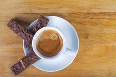 Kaffeeespressoschale mit Schokoladenplätzchen Stockfotos