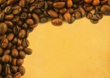 Kaffeefeld auf gelb gefärbtem Papier Stockbild