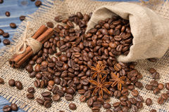 Kaffeegetreide angehäuft auf Sackleinen, Gewürzen, Zimt und tubin Stockfotos