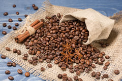 Kaffeegetreide angehäuft auf Sackleinen, Gewürzen, Zimt und tubin Lizenzfreie Stockfotografie