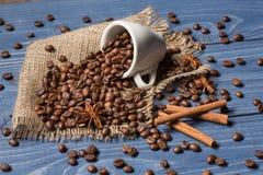Kaffeegetreide angehäuft auf Sackleinen, Gewürzen, Zimt und tubin Lizenzfreies Stockbild
