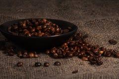 Kaffeegetreide auf der Platte Stockbilder