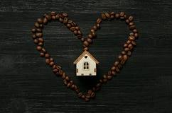 Kaffeehaus und Kaffeebohneherzform lizenzfreies stockbild
