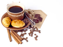 Kaffeehintergrund mit Hörnchen Stockbild