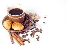 Kaffeehintergrund mit Hörnchen Stockfotografie